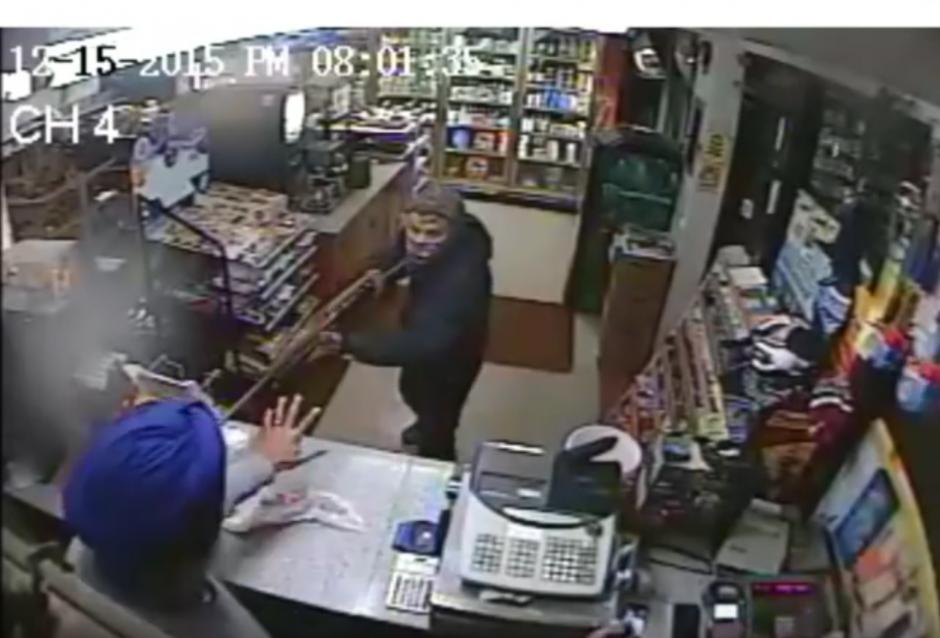 Un hombre entra a una tienda con una escopeta en la mano. (Imagen: YouTube/NYSP PIO)