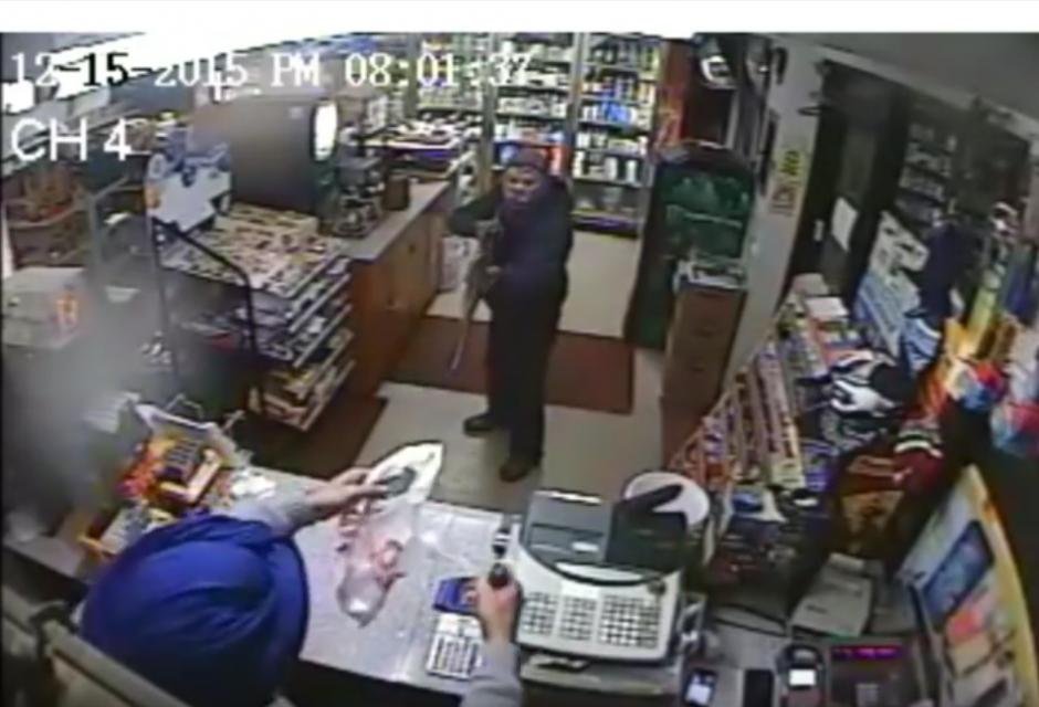 El empleado de la tienda copera con el delincuente. (Imagen: YouTube/NYSP PIO)