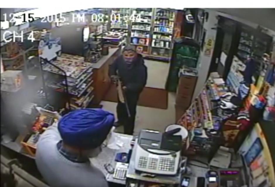 El delincuente le apunta al empleado con una escopeta. (Imagen: YouTube/NYSP PIO)