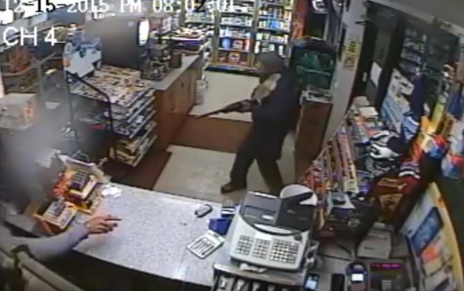 El hombre trata de defenderse del asalto tirándole un zapato al delincuente. (Imagen: YouTube/NYSP PIO)