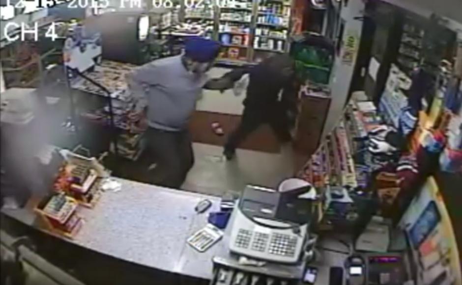 El empleado forcejea con el delincuente.(Imagen: YouTube/NYSP PIO)