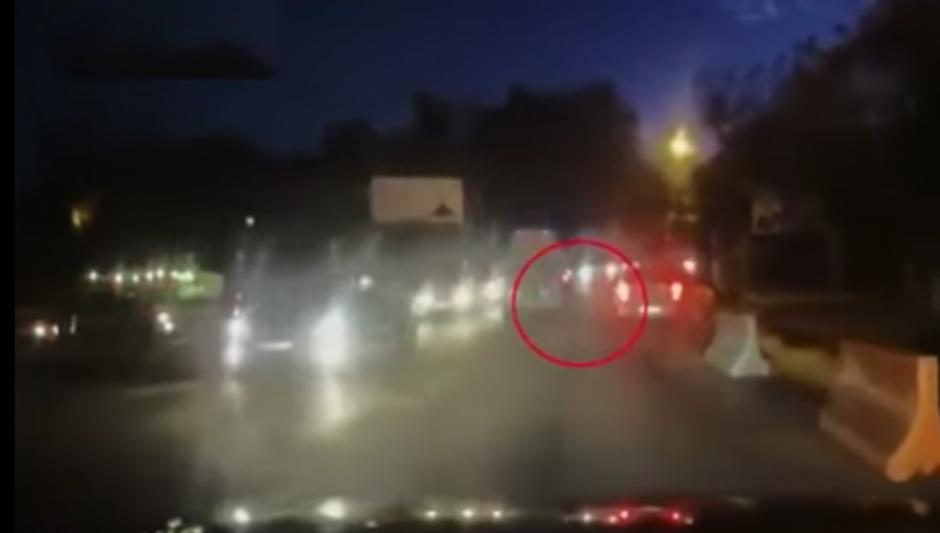 El piloto de la ambulancia se dio cuenta que el hombre se había caído unos metros después.(Imagen: YouTube)