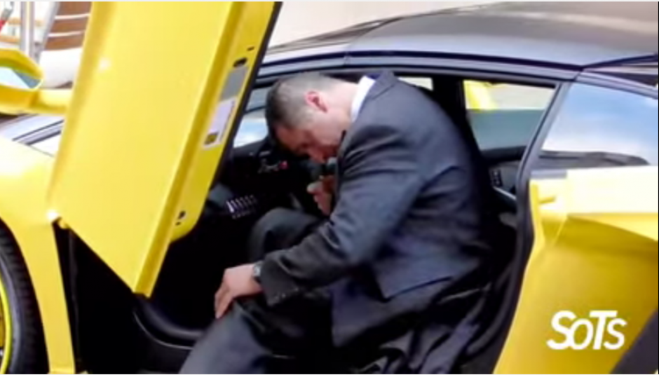 En otra maniobra, el valet parking se golpea con el techo del lujoso auto.