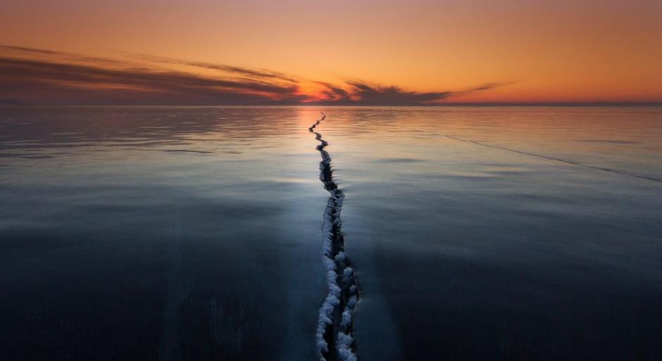 A la mitad del mundo es como se tituló la imagen que capta como se quiebra un lago congelado en Siberia. (FotoAlexey Trofimov/National Geographic)