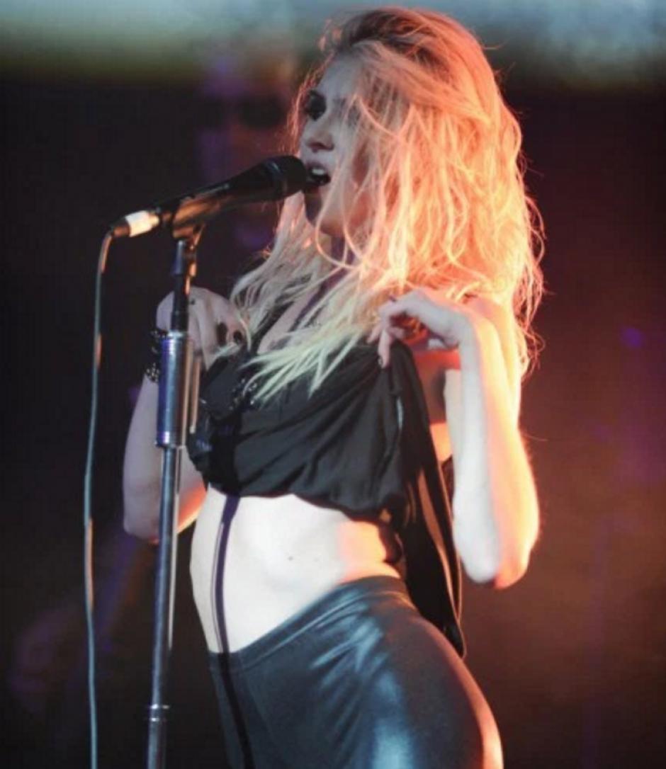 Momsen es vocalista en una banda musical