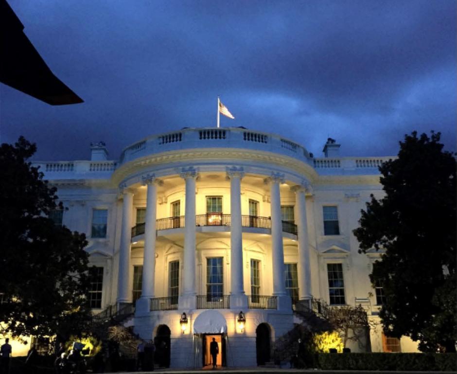 El presidente Barack Obama en las afueras de la Casa Blanca. (Foto: @PeteSouza)