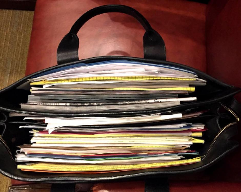 Un maletín con documentos en la Oficina Oval de la Casa Blanca. (Foto: @PeteSouza)