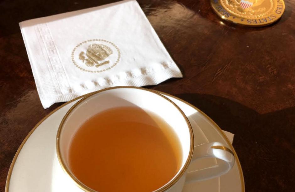 Una taza de té se observa en la Oficina Oval de la Casa Blanca. (Foto: @PeteSouza)