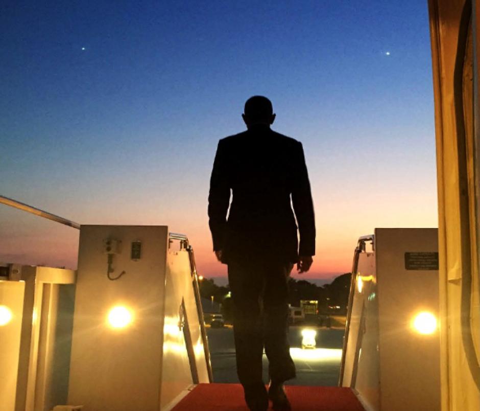 El mandatario de Estados Unidos, Barack Obama, al descender del Avión Presidencial. (Foto: @PeteSouza)
