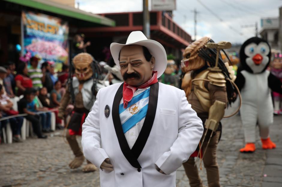 Los guatemaltecos disfrutaron del fin de año con un desfile de disfraces y música, representando a figuras importantes, en la imagen: un Presidente de a Sombrero. (Foto: Esteban Biba/EFE)