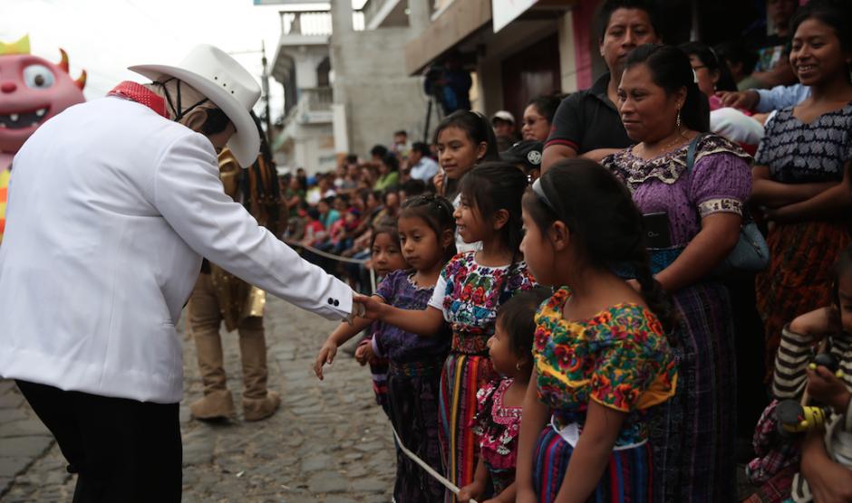 Los residentes en Sumpango, Sacatepéquez disfrutaron de un desfile para finalizar el 2015. (Foto: Esteban Biba/EFE)