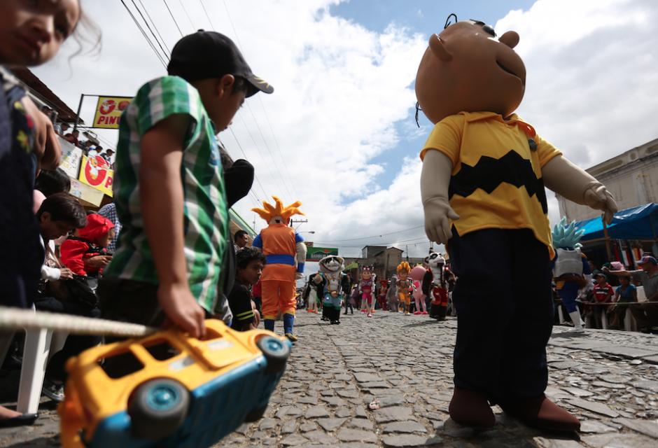 Con disfraces de las recientes películas los guatemaltecos disfrutaron del fin de año. (Foto: Esteban Biba/EFE)