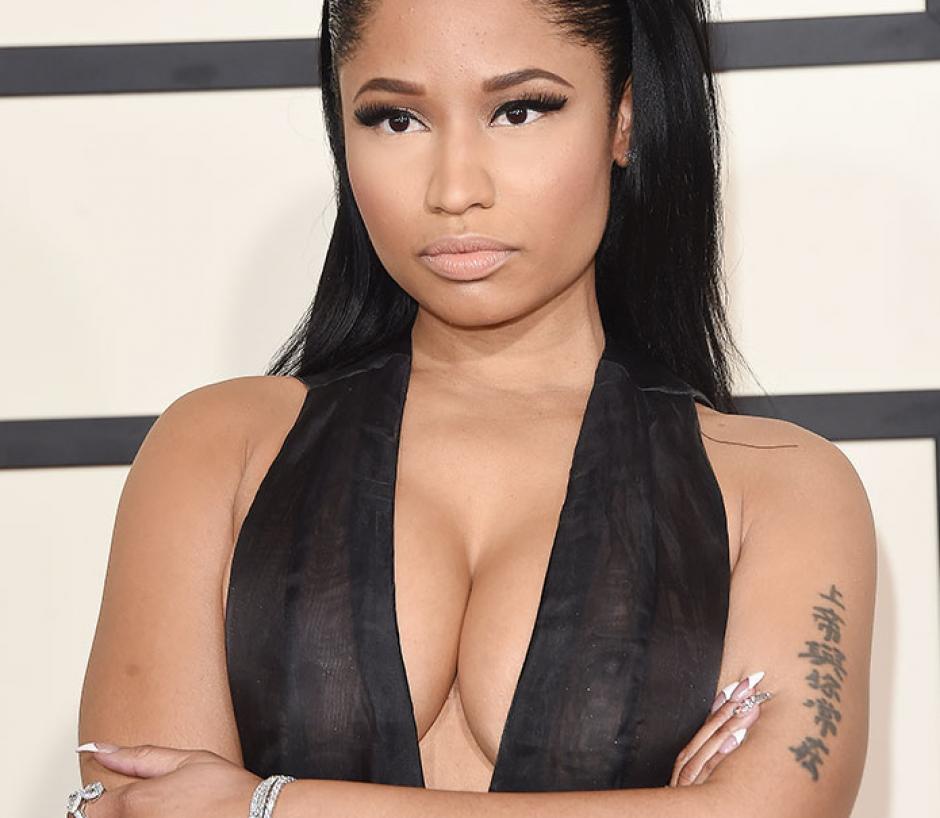 Nicki Minaj lució un escote de infarto en los premios Grammy en febrero. (Foto: People)