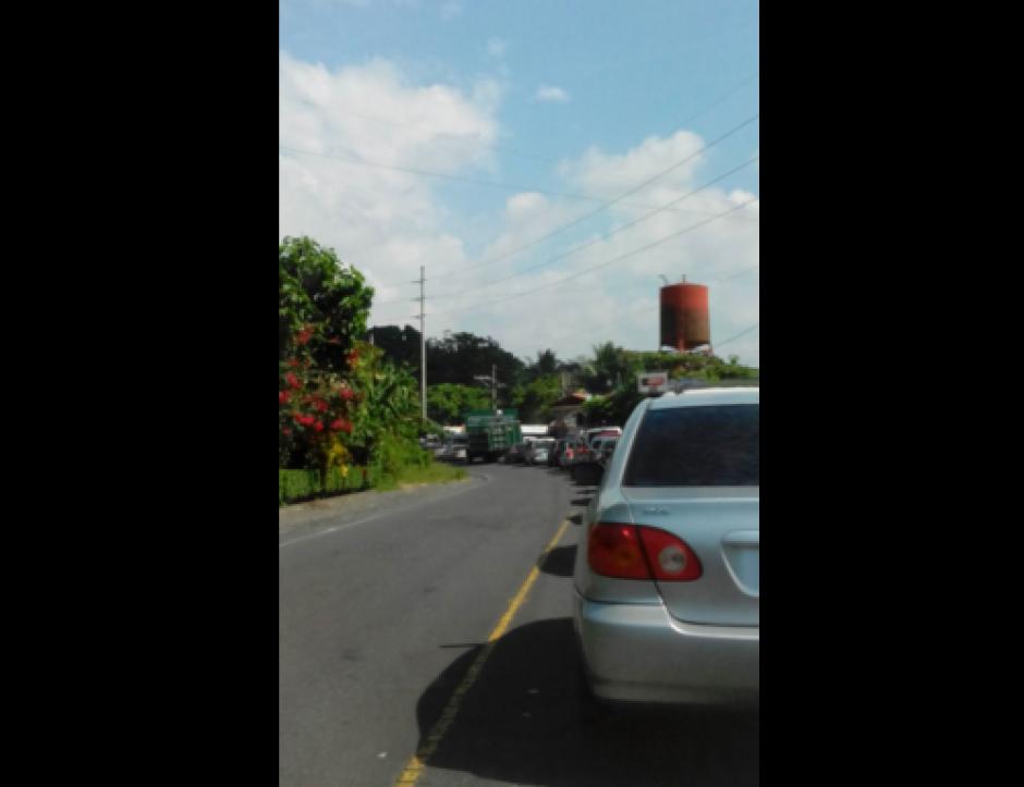 El ingreso al Irtra de Retalhuleu muestra largas filas de carros. (Foto: Dalia Santos/Twitter)