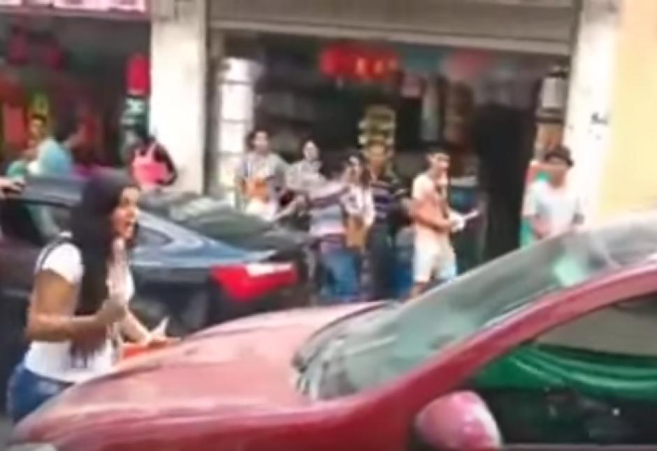 La pareja riñó en una calle pública en Colombia y el video original que lo grabó todo sumó casi 100 mil visitas en YouTube
