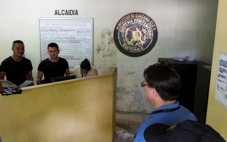 Las autoridades de la cárcel de Izabal reciben instrucciones sobre el modo de trasladar a los reos. (Foto: DGSP)