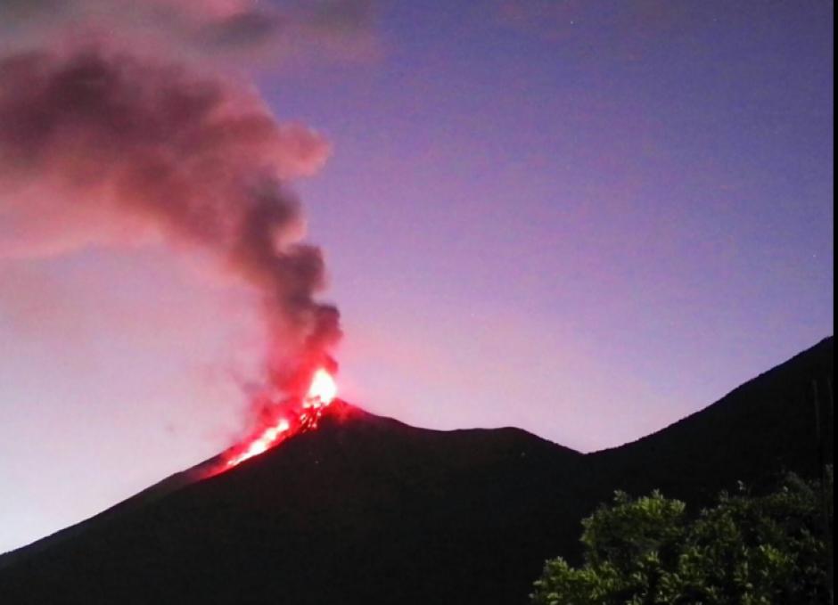 La erupción efusiva de volcán de Fuego se mantiene con energía, levantando gruesas columnas de ceniza de 7300 msnm. (Foto: Conred)