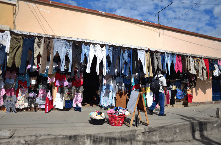 En Guastatoya hay muchas ventas de ropa usada, las conocidas como pacas. (Foto: Jesús Alfonso/soy502)