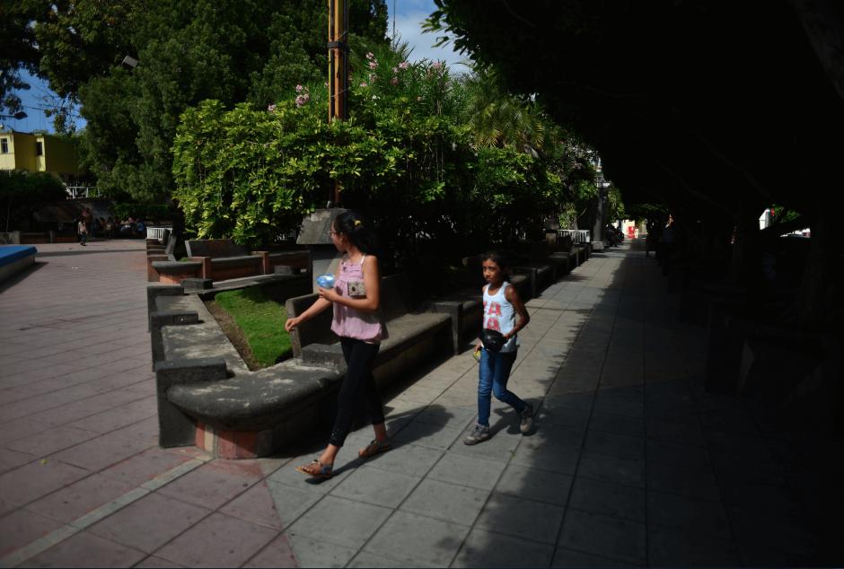 Unas niñas caminan en el parque central de Guastatoya, las horas previas a la llegada del presidente Alejandro Maldonado. (Foto: Jesús Alfonso/Soy502)