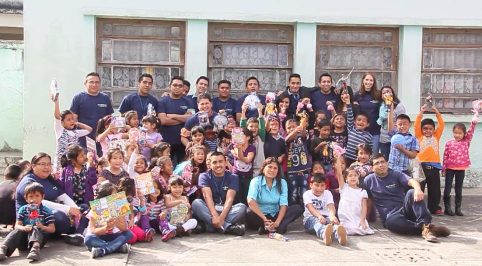 Los voluntarios y los niños se reunieron para despedirse y agradecer por el buen tiempo que pasaron en la casa de la zona 5 de la Sociedad Protectora del Niño.(Foto: Fredy Hernández/Soy502)