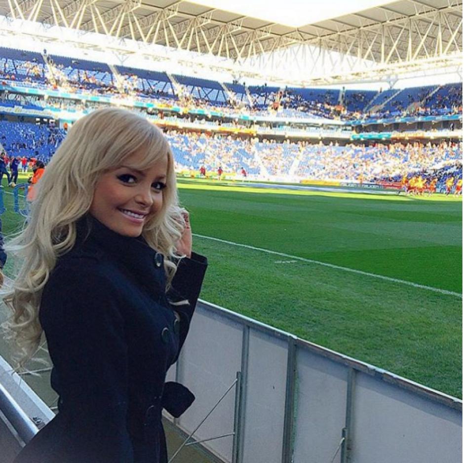 La hermosa, Jhenny Andrade, en el césped de Camp Nou a donde acudió junto a Neymar. (Foto: Jhenny Andrade)
