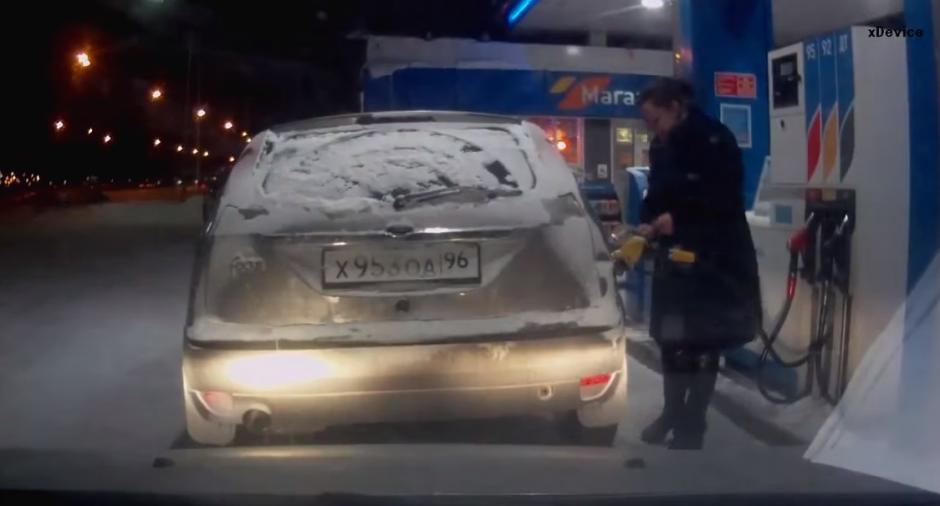 La mujer está llenando el tanque de su vehículo cuando se lleva una sorpresa. (Foto: YouTube/Урал Тв)