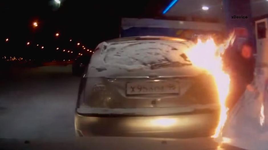 La mujer trata de apagar el fuego soplando con la boca las llamas. (Foto: YouTube/Урал Тв)