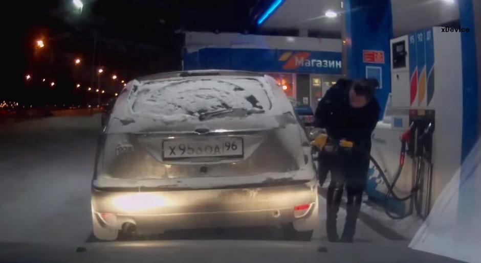 Una persona esperaba a que la mujer llenara su tanque de gasolina.(Foto: YouTube/Урал Тв)