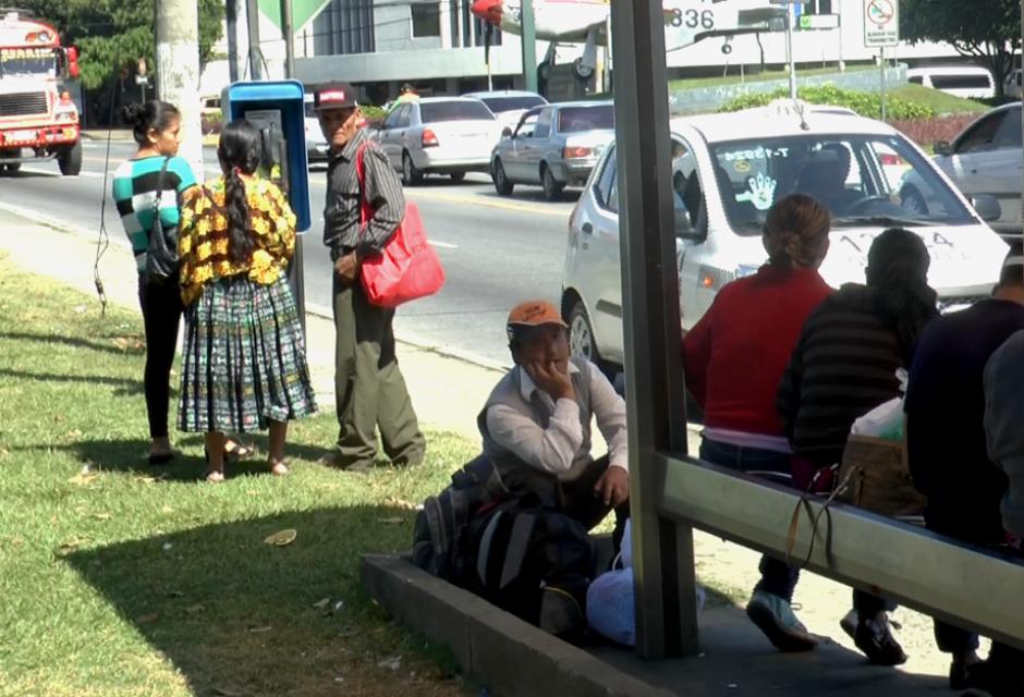 Afuera de las instalaciones de la Fuerza Aérea de Guatemala, familiares esperan la salida de los suyos. (Foto: Alejandro Balán/Soy502)