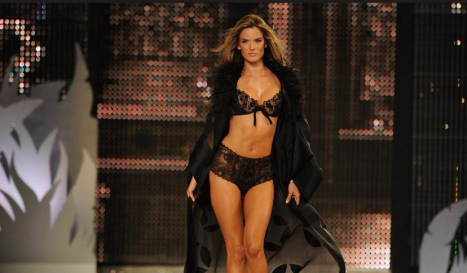 La top model brasileña Alessandra Ambrosio durante una pasarela de Victoria Secret. (Foto: terra.com)