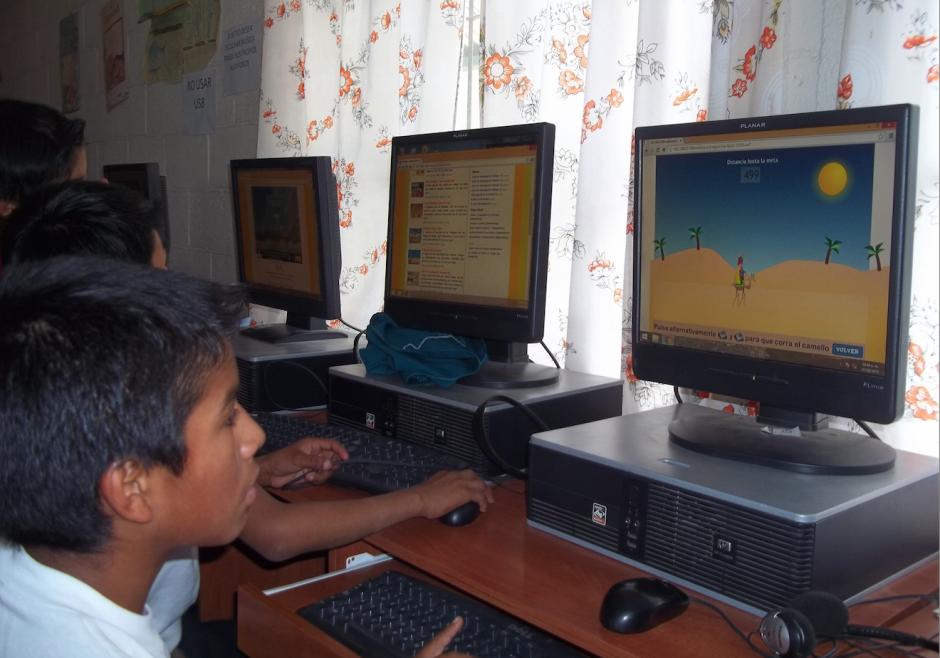 Los niños se acercan a la tecnología y a descubrir temas varios sin la necesidad de estar conectados a una señal de internet. (Foto: Misión Posible Guatemala)