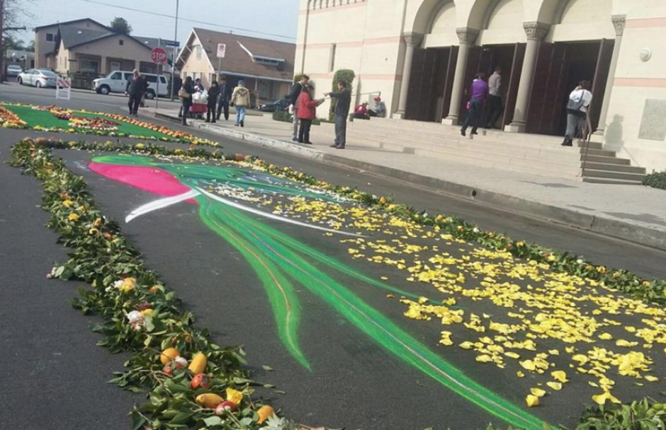 Los guatemaltecos hicieron alfombras para el paso de la procesión. (Foto: Walter Batres)