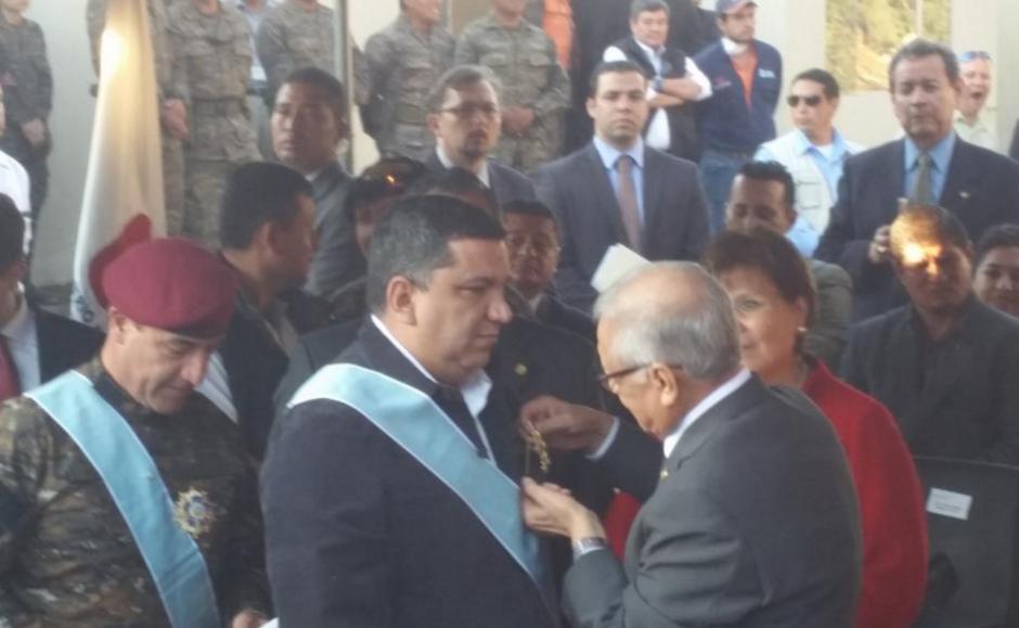 Los ministros de Comunicaciones y de Defensa recibieron la Orden del Quetzal en grado de Gran Cruz. (Foto: Ejército)