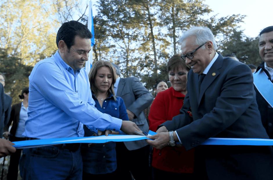A pesar que la construcción está lejos de terminarse, fue inaugurada por el presidente Alejandro Maldonado y el presidente electo, Jimmy Morales. (Foto: Presidencia)