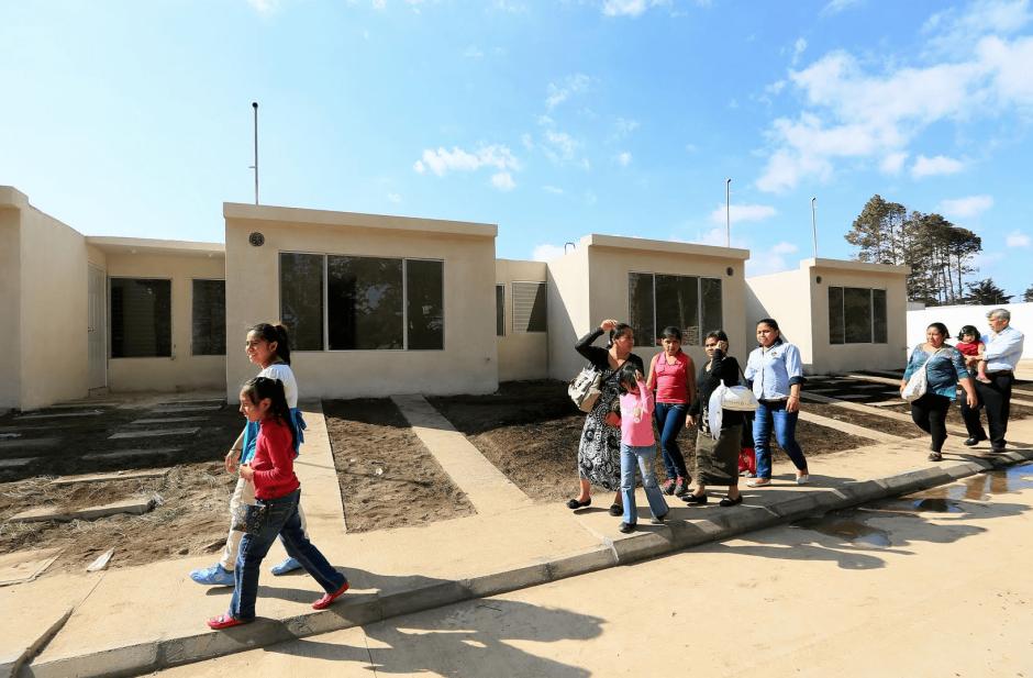 Las familias recibieron las casas simbólicamente, pero aún no podrán habitarlas. (Foto: Presidencia)