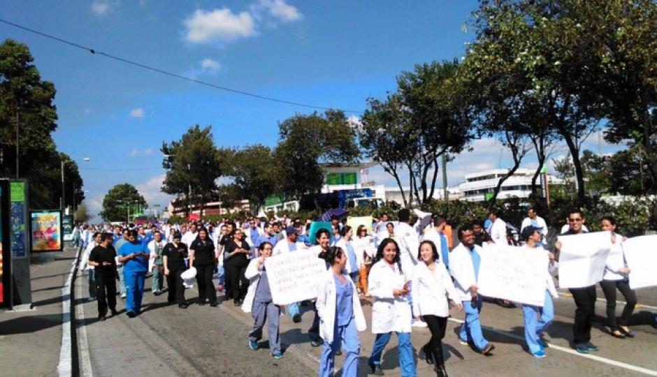 Los médicos residentes del Hospital General San Juan De Dios manifiestan en el Teatro Nacional. (Foto: Nuestro Diario/Soy502)