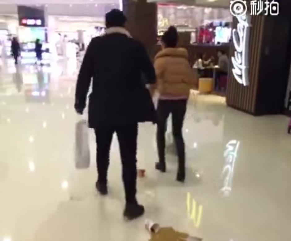 Las personas que se encontraban en el centro comercial se dieron cuenta de la pelea.(Foto: YouTube/WeiboVideo)