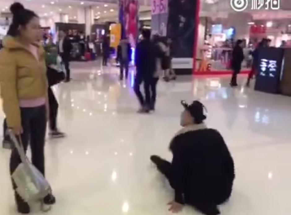 En medio de la pelea el hombre se tira al piso.(Foto: YouTube/WeiboVideo)