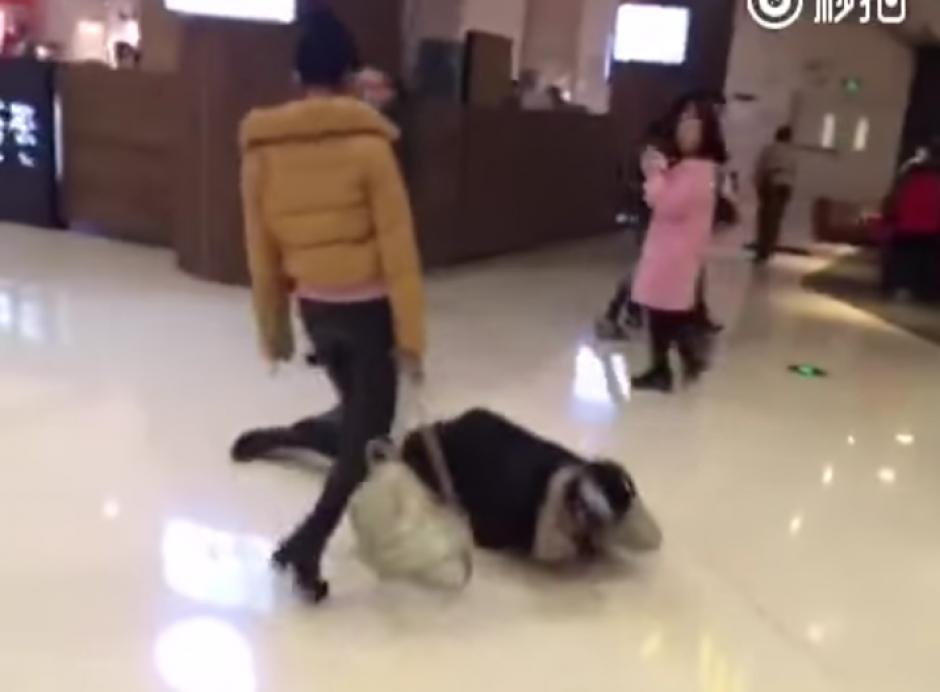 La mujer se enfurece más y se acerca al hombre. (Foto: YouTube/WeiboVideo)