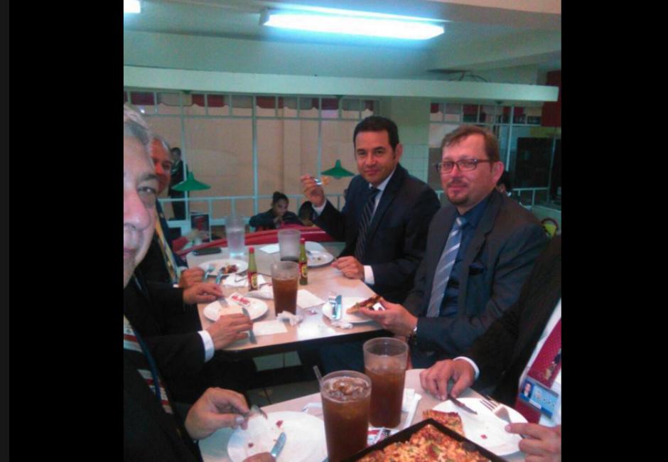 Jimmy Morales pagó la cuenta a su nombre. (Foto: Facebook/AlMacarone)