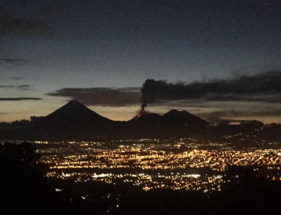 Las autoridades de protección civil están en alerta ante la erupción del volcán de Fuego. (Foto:Sebastian Siero/@sebastian_siero)