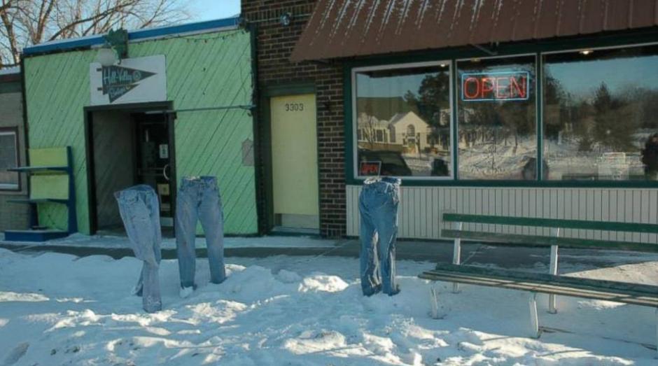 Las redes sociales han comenzado a llenarse de fotos de pantalones congelados (foto:twitter)