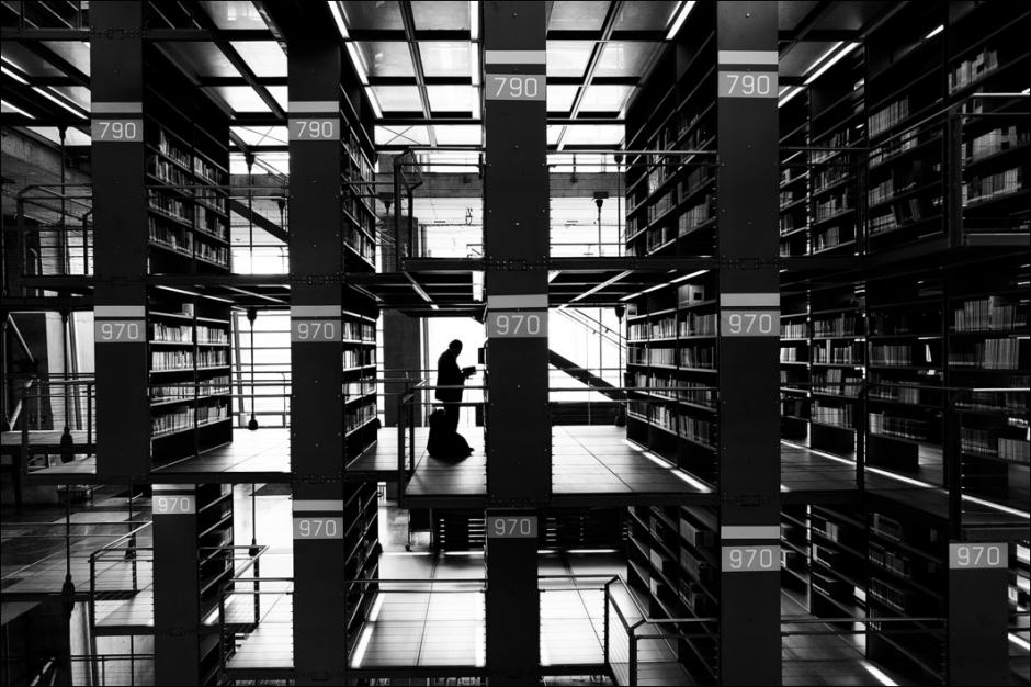 El lector solitario en el pasillo 970 de una inmensa biblioteca. (Foto: Moisés Rodríguez/500px)
