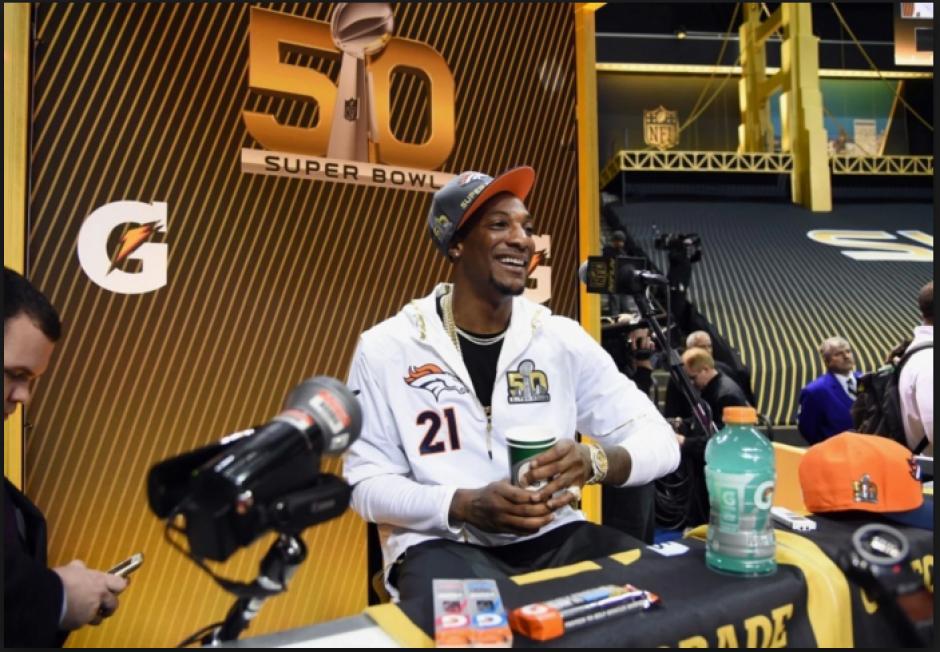 Aqib Talib, de los Broncos, tuvo tiempo para bromear durante las entrevistas. (Foto: washingtonpost.com)