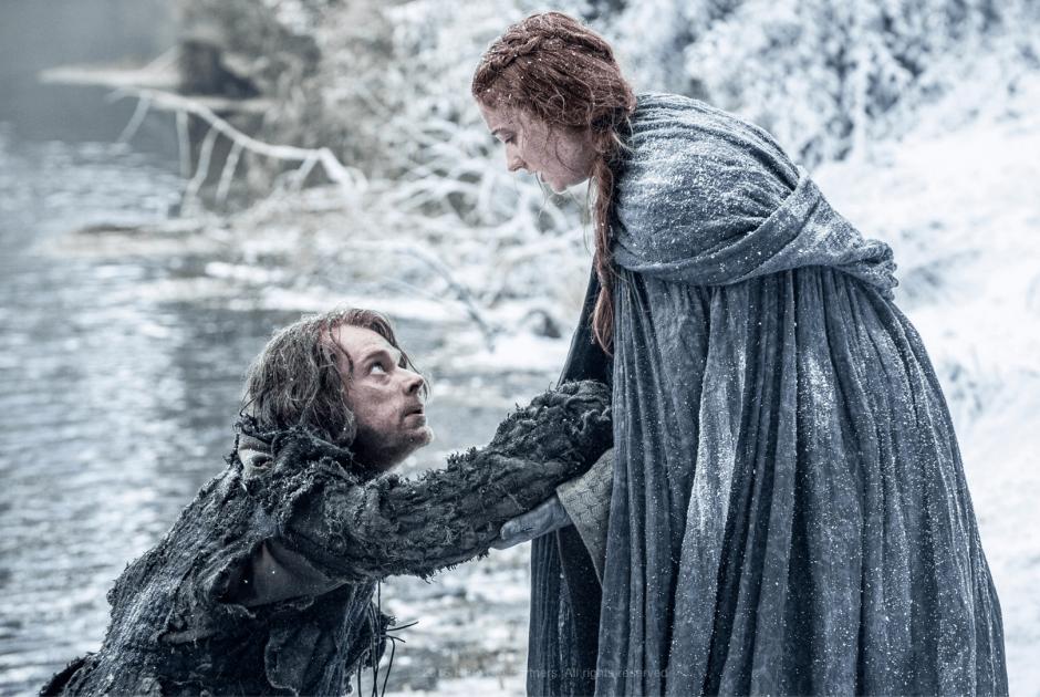 Las imagenes muestran que Sana y Theon sobrevivieron a la caída del último capítulo. (Foto: Facebook/HBO)