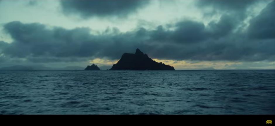 Las imágenes inician con el viaje hacia la isla, donde estaría Luke.