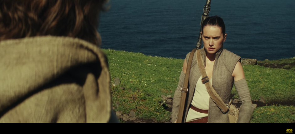 Rey se encuentra con Luke Skywalker para darle su sable de luz.