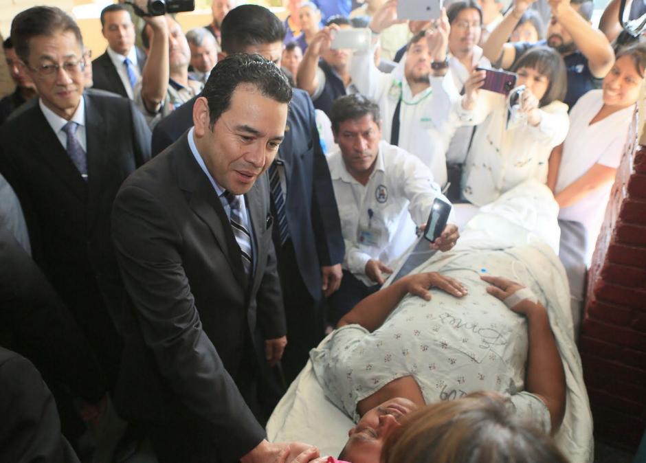 En el hospital de Amatitlán, el presidente Morales habló con pacientes que se encuentran en camillas y no en camas. (Foto: Presidencia)