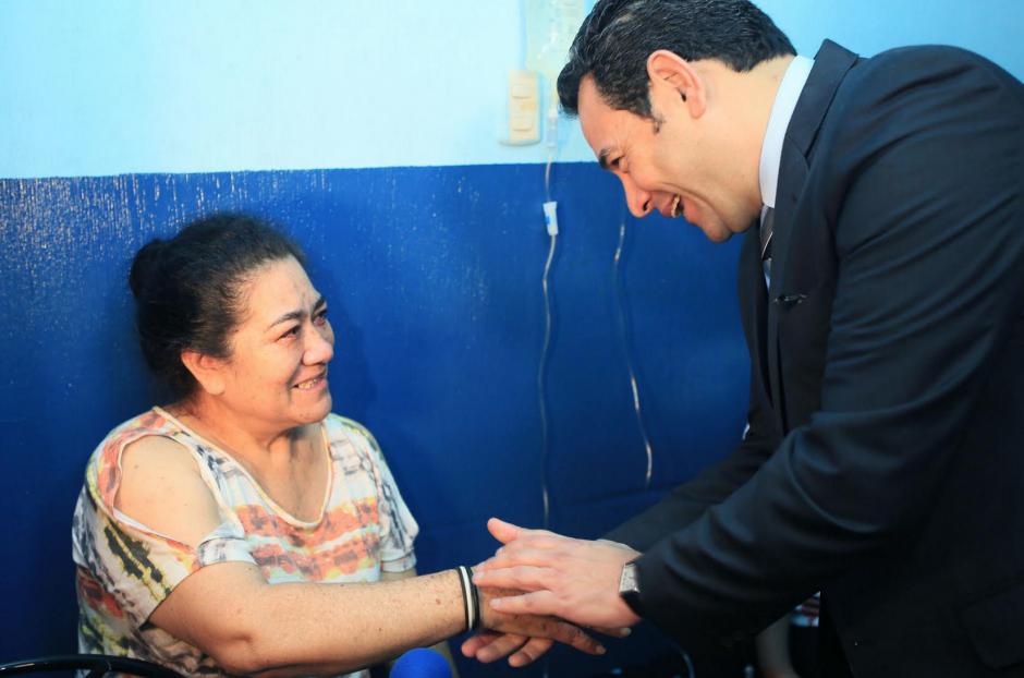 El presidente Jimmy Morales saludó a los pacientes que eran atendidos en Amatitlán. (Foto: Presidencia)