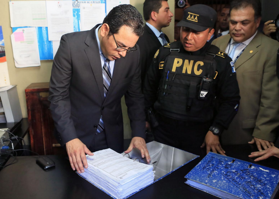 En la estación de la PNC, el presidente Jimmy Morales revisó los archivos policiales. (Foto: Presidencia)